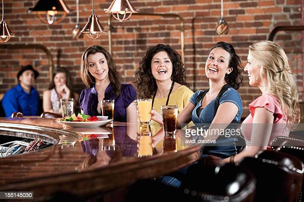 Freundinnen, die Spaß an der Bar