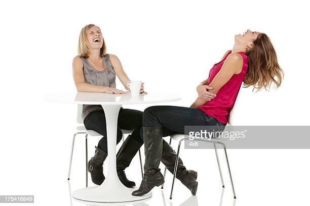 Femme ayant café et rire les amis