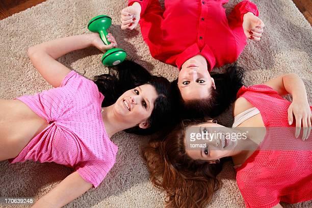 Weibliche Freunde liegen