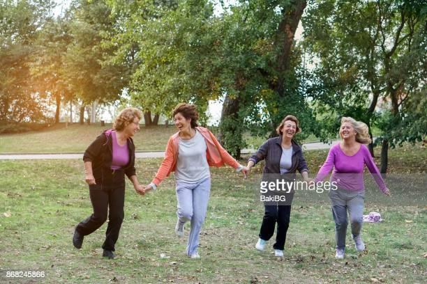 Amigas sobre cincuenta ejercicio al aire libre