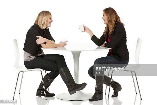 Weibliche Freunde sitzen in einem restaurant