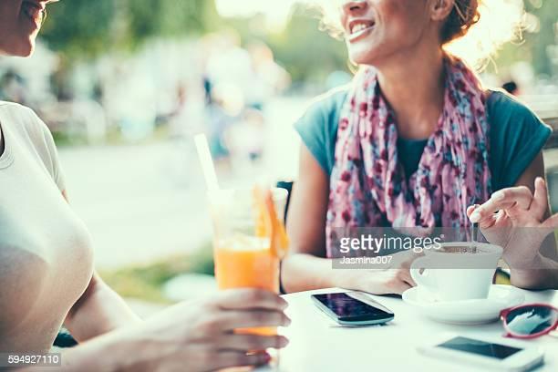 Amies ET Femmes parler dans un café