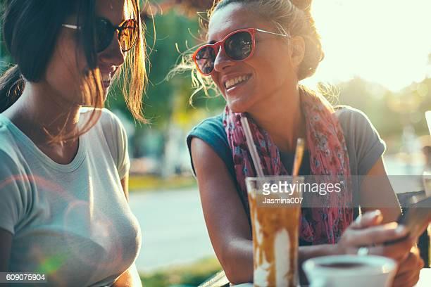 Freundinnen sprechen im Café