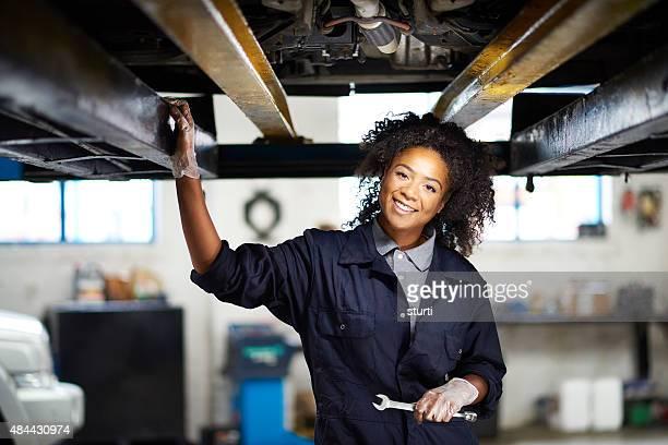 Weibliche Mechaniker Porträt der garage
