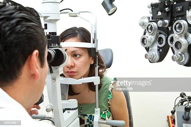 Femmina guida gli occhi controllato dal medico