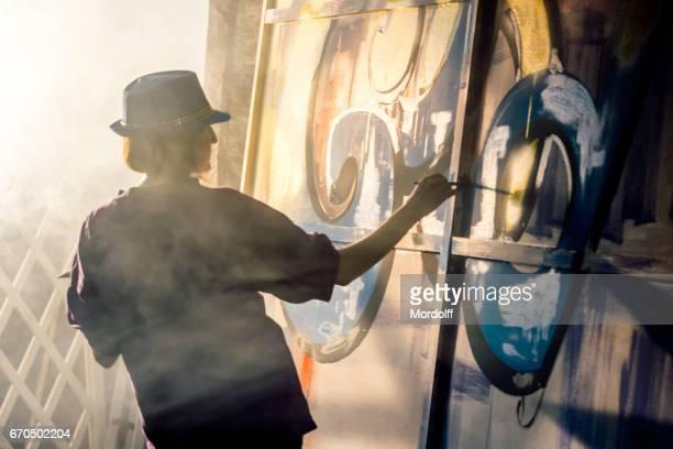 Weiblichen Graffiti-Künstler zeichnen