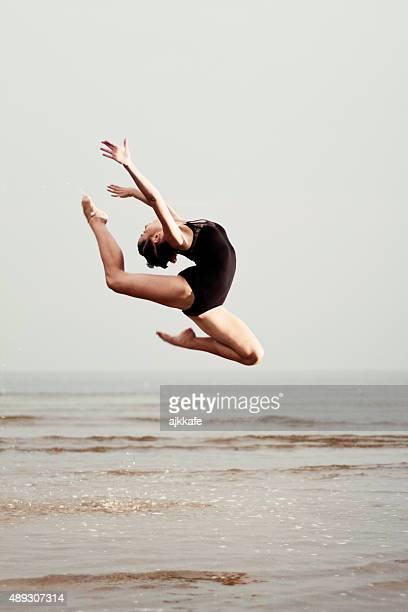 Weibliche Turner Training am Strand