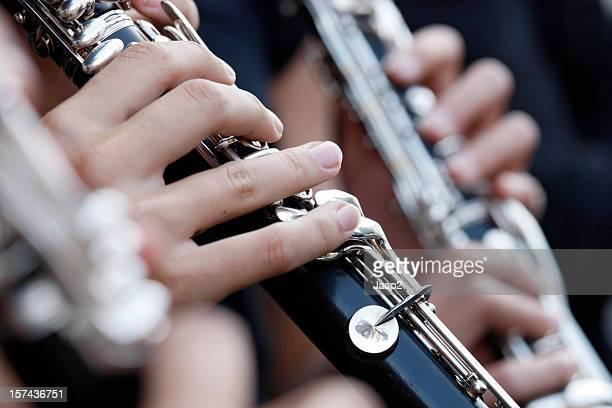 クラリネットを持つ女性の手で遊ぶ団、クローズアップ