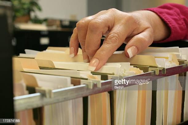 Femme main au classement de fichiers