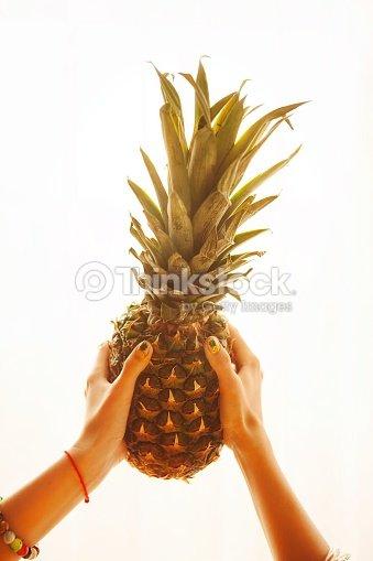 weibliche h nde halten reife gelbe ananas auf wei em hintergrund stock foto thinkstock. Black Bedroom Furniture Sets. Home Design Ideas