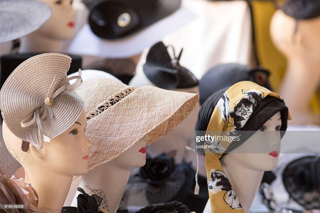 Female hats on sale in a street market : Stock-Foto