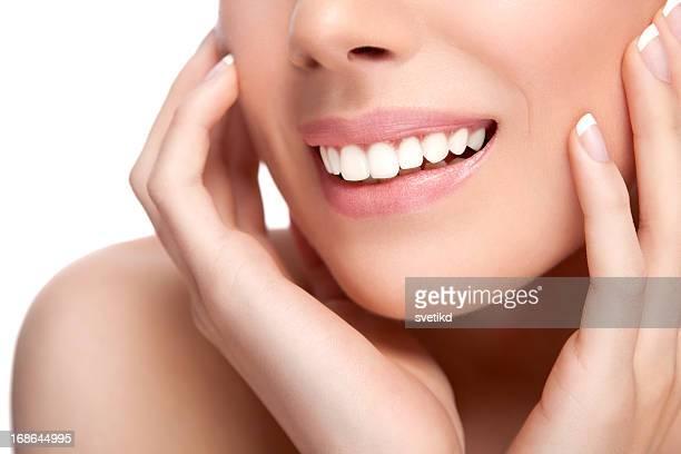 Weibliche gesunde weiße Offenes Lächeln