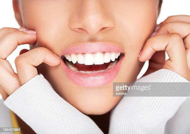 Weibliche gesunde weiße Offenes Lächeln.