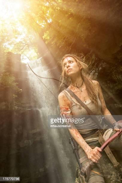 L'héroïne de femmes dans la Jungle de la chasse avec Pioche