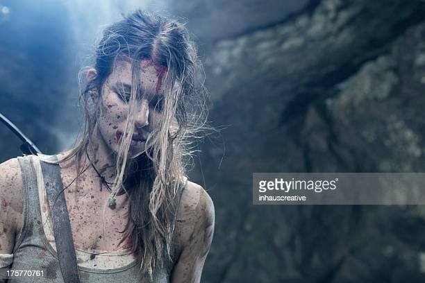 L'héroïne femme se reposant près de falaise