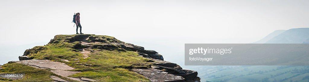 Randonneur femme regardant la vue depuis le sommet de la montagne de panorama du Pays de Galles : Photo