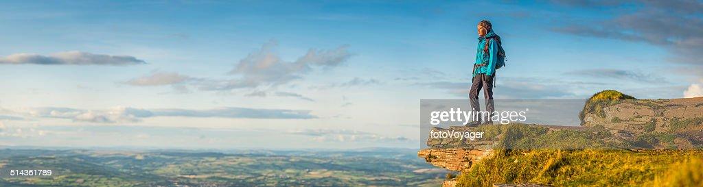 Randonneur femme donnant sur le paysage idyllique du sommet de la montagne : Photo