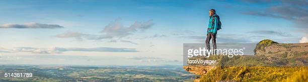 Weibliche Wanderer Blick auf idyllische Landschaft vom Berg top