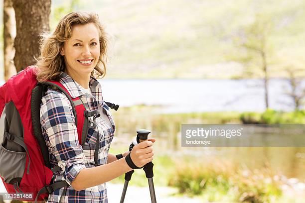 Weibliche Wanderer mit Trekkingstöcke