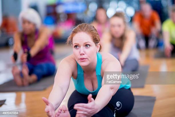 Femme dans un groupe de Yoga