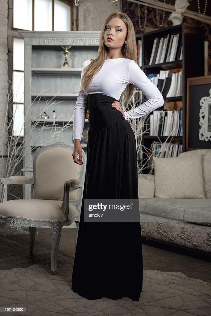 Mujer en el interior : Foto de stock