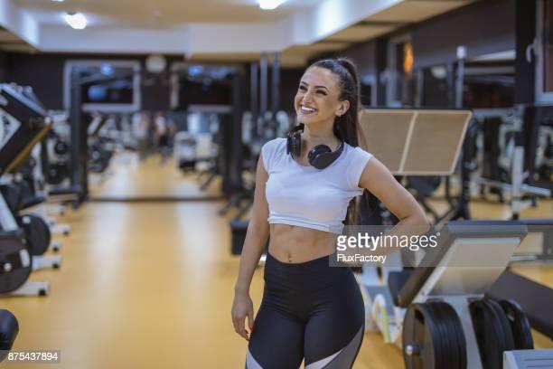 Weiblich in Turnhalle lächelt, sie posieren und sah sehr glücklich ist