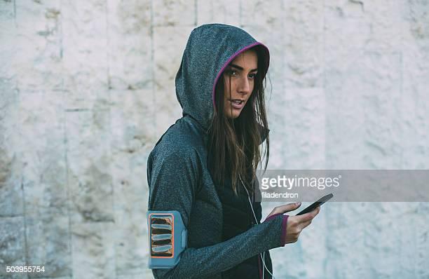 Femmina Jogger utilizzando il telefono