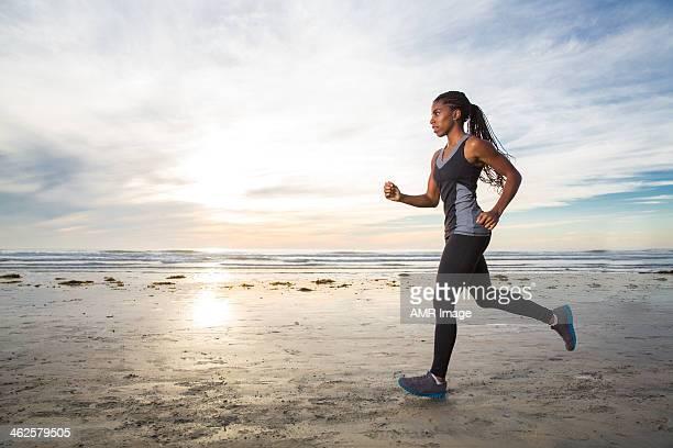 Weibliche Joggen am Strand