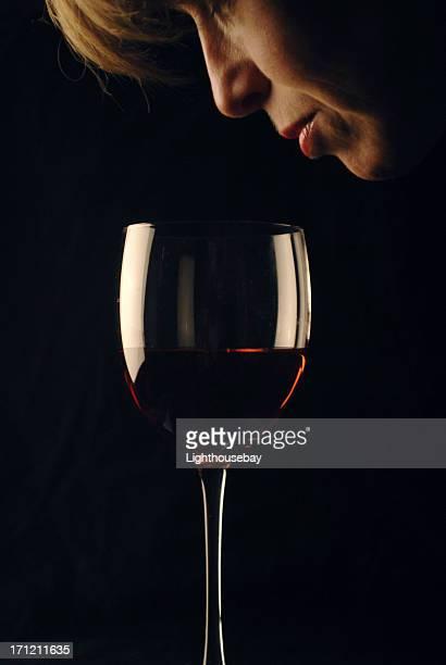 Hembra apoyarse en y alrededor de para saborear vinos