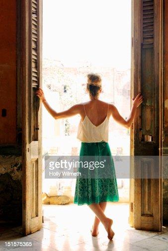 Female looking out veranda in Havana, Cuba. : Stock-Foto