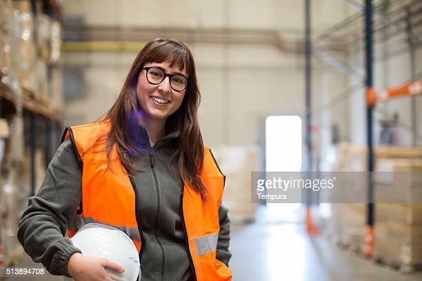 女性労働者のポートレートカメラに笑う。