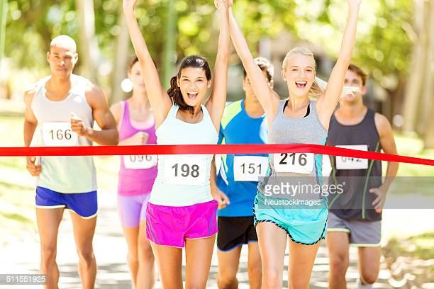 Weiblichen Marathon-Läufer Kreuzung Ziellinie im Park