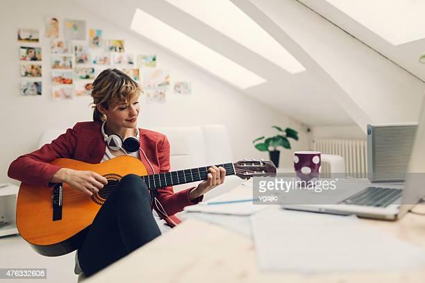 Femmina musicista che lavorano nella sua casa Studio di registrazione.