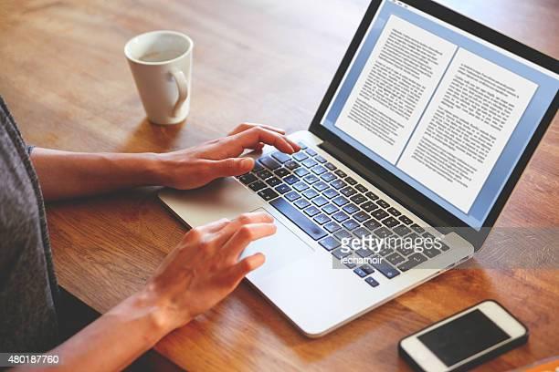 Weibliche englische Autor Schreiben auf dem Notebook