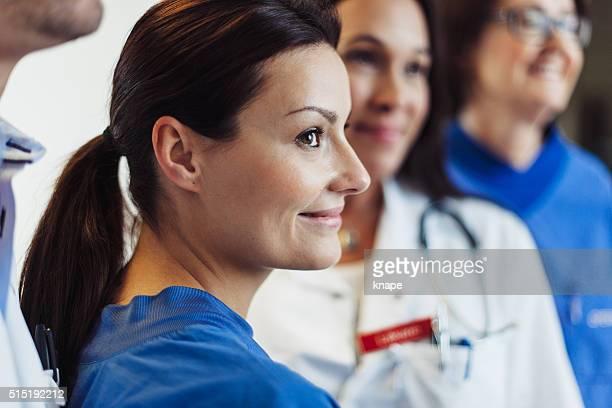 Enfermeras y mujer médico en Hospital