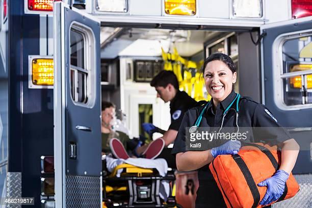 Weibliche Rettungssanitäter