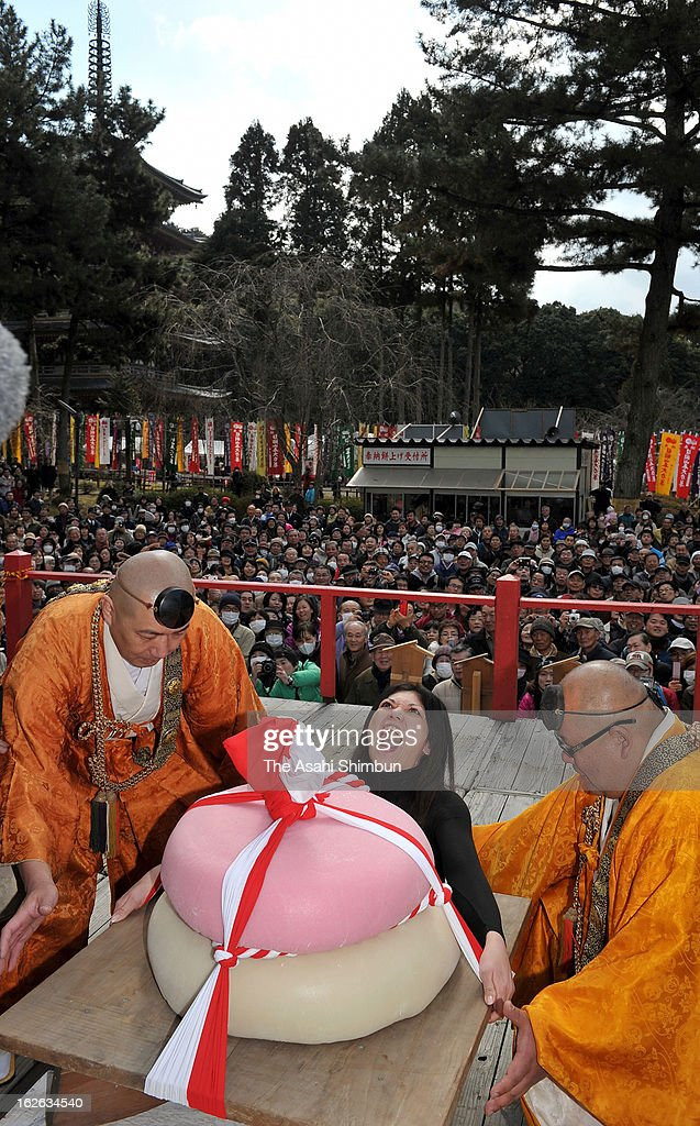 A female participant tries to lift 90-kilogram rice cake during Mochi-Age 'rice cake lifting' as a part of Godai-Rikison Ninno-ue festival at Daigoji Temple on February 23, 2013 in Kyoto, Japan. 92 participants compete how long they can hold the rice cake, that weighs 150-kilogram for men and 90-kilogram for women.
