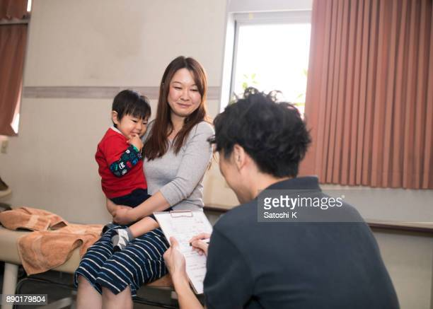 女性患者と病院で話している専門家