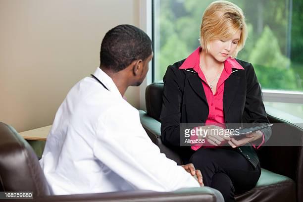 Female patient consulter les informations sur une tablette numérique