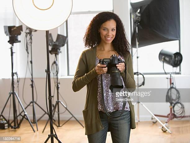 Mulher de fotógrafo no estúdio