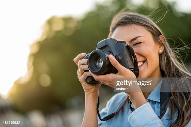 Mujer tomando fotos al aire libre fotógrafo