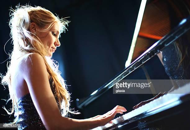 ピアノプレーヤーを備えております。