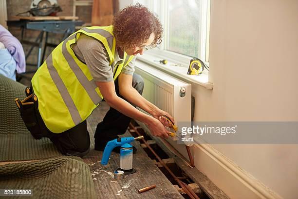Femme plombier sur place