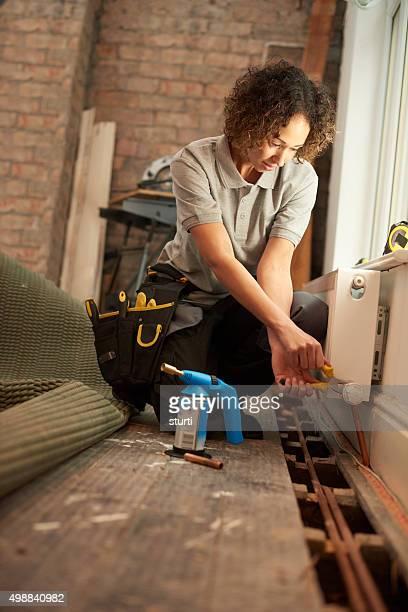 Weibliche Klempner Heizkörper installation