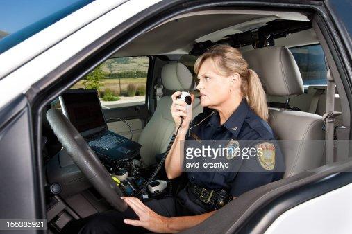 雌警察官のラジオで話している乗り物