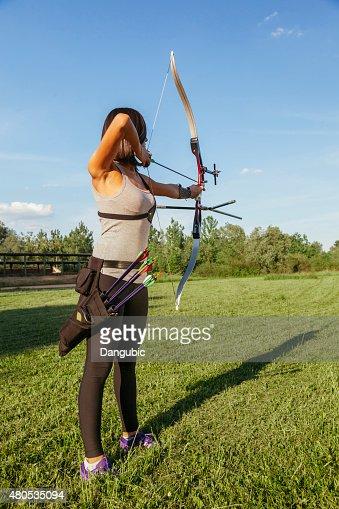 Frau üben Bogenschießen : Stock-Foto