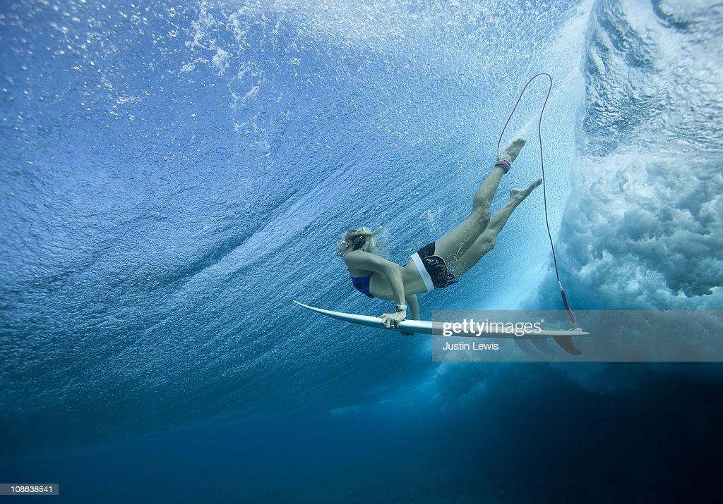 Female Pro surfer at Cloud Break Fiji : Bildbanksbilder
