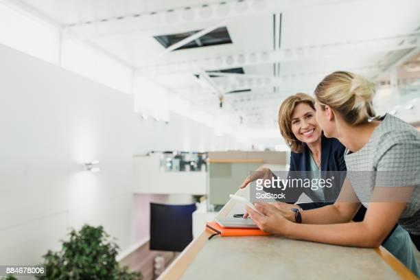 Weibliche Fachkräfte im Chat