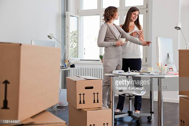 Professionisti femminile in un nuovo ufficio