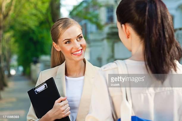 Weibliche Immobilienmakler